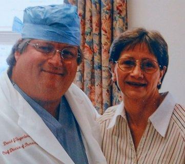 Nie mając dowodów, których potrzebowała, Darlene Coker, tutaj z jednym ze swoich lekarzy, zmarła, nawet nie wiedząc, co spowodowało jej międzybłoniaka