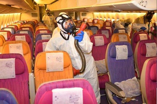 Rozpylanie pestycydów w samolotach przed tym jak wsiada do nich załoga i pasażerowie
