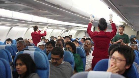 Stewardessy rozpylają to nad głowami pasażerów