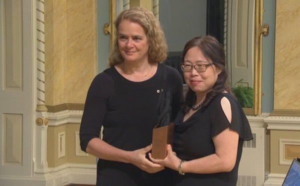 Xiangguo Qiu przyjmuje nagrodę od gubernatora generalnego Julie Payette