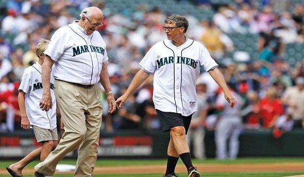 Ich własna liga: Bill Gates Senior (po lewej) i jego syn szykują się do wykonania pierwszego rzutu dla Seattle Mariners w 2013.