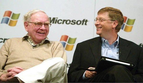 Warren Buffett (po lewej) i Bill Gates, dwóch z trojga członków zarządu Fundacji Gatesów