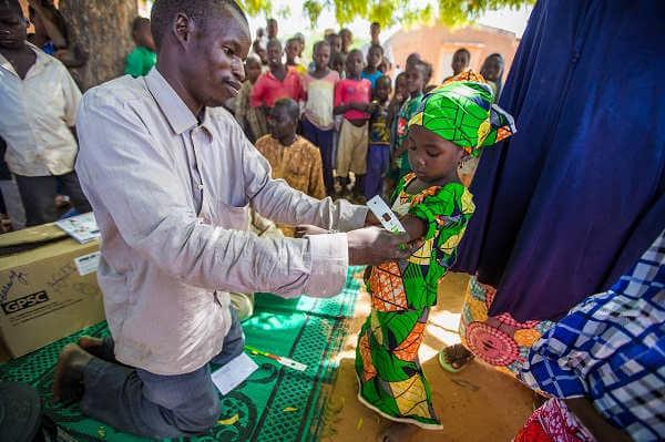 3-letnia dziewczynka z Nigru przechodzi ostatnią rundę sezonowej chemoprewencji przeciwko malarii