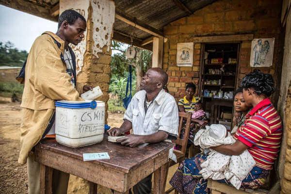 GAVI pracuje nad dystrybucją szczepionki przeciwko pneumokokom, która chroni dzieci przed jedną z głównych przyczyn zapalenia płuc, w Kongo, jak widać na tym zdjęciu z lipca 2013.