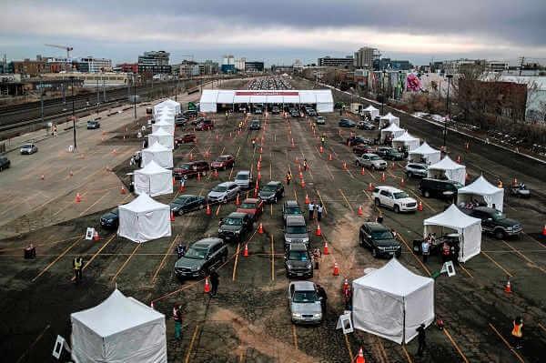 Miejsce masowych szczepień dla zmotoryzowanych na stadionie baseballowym Coors Field w Denver w styczniu 2021