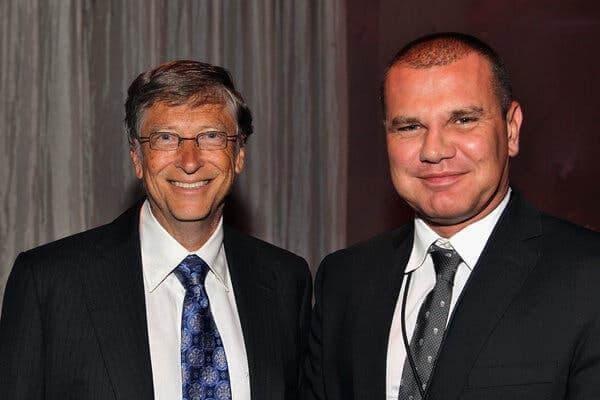 Bill Gates w 2012 r. z Borisem Nikolicem. Obaj mężczyźni często razem podróżowali i spędzali ze sobą czas. Boris Nikolic zaprzyjaźnił się z Epsteinem po tym, jak przedstawiła ich sobie Melanie Walker.